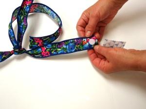 La mamá de Niqqi hizo la parte superior de disfraz de Hawaiana usando cinta.